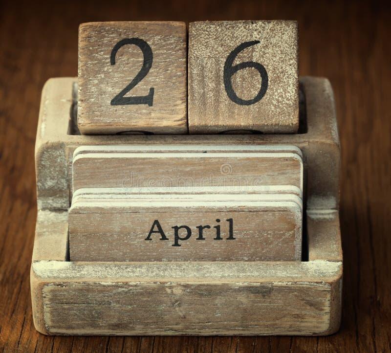 Un calendario de madera muy viejo del vintage que muestra fecha el 26 de abril fotos de archivo
