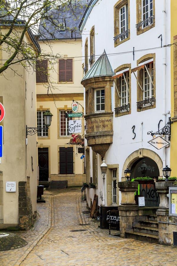 Un callejón en el centro de la ciudad de Luxemburgo foto de archivo