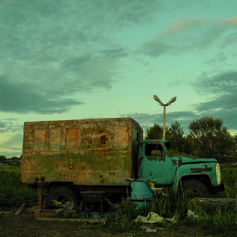 Un camión abandonado en el campo imagen de archivo