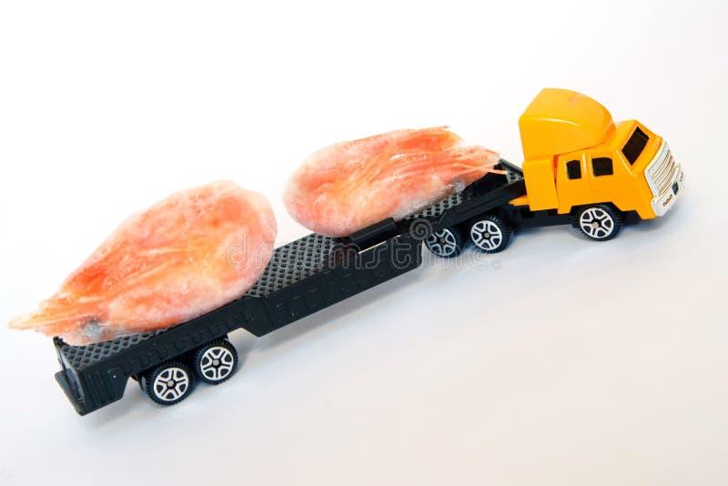 Un camión amarillo del juguete del taxi lleva camarones congelados Entrega de los mariscos Alimento sano fotos de archivo libres de regalías