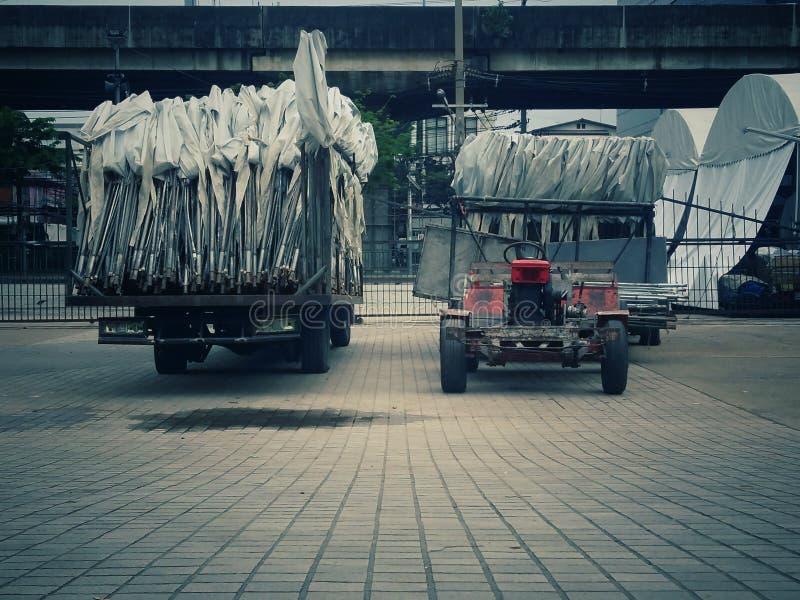 Un camión blanco grande de la tienda con las porciones y las visiones bajas, fotografía de archivo libre de regalías