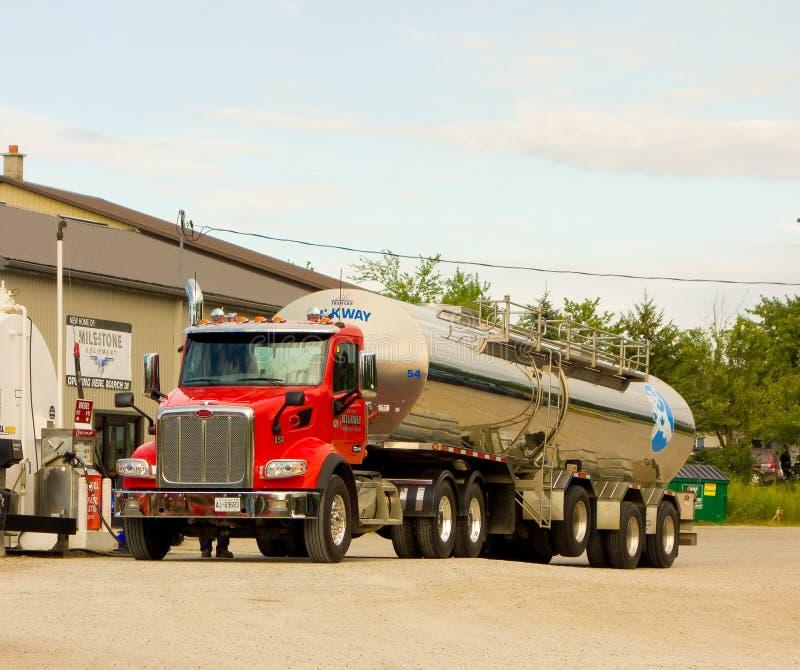 Un camión de reparto de la leche que toma el combustible en Ontario imágenes de archivo libres de regalías