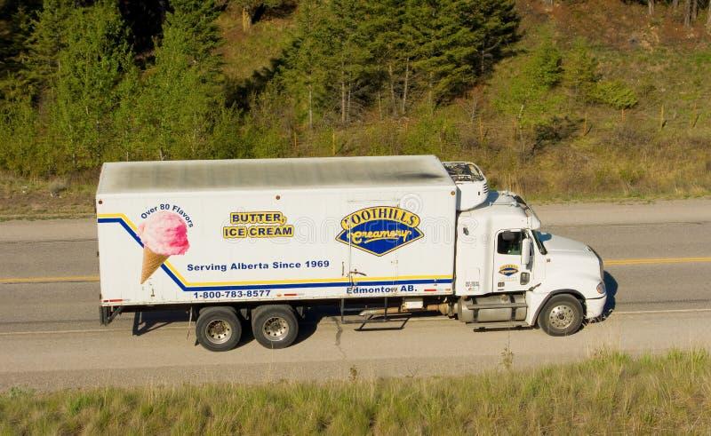 Un camión de reparto en la carretera de Alaska imagenes de archivo