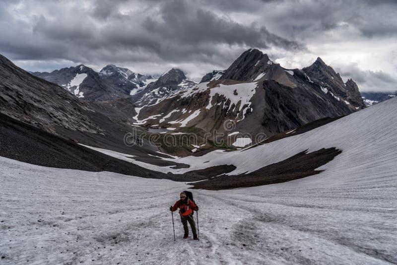 Un caminante en las montañas de Peter Lougheed Provincial Park Lagos Kananaskis, Alberta canadá fotos de archivo