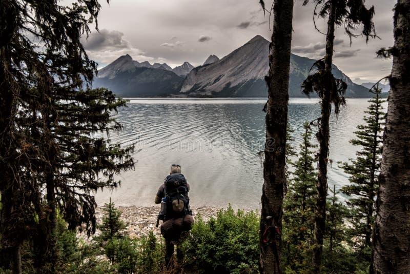Un caminante en las montañas y los lagos de Peter Lougheed Provincial Park Lagos Kananaskis, Alberta canadá imagenes de archivo