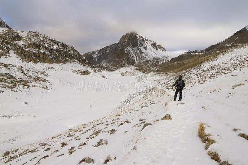 Un caminante solitario en las montañas foto de archivo libre de regalías