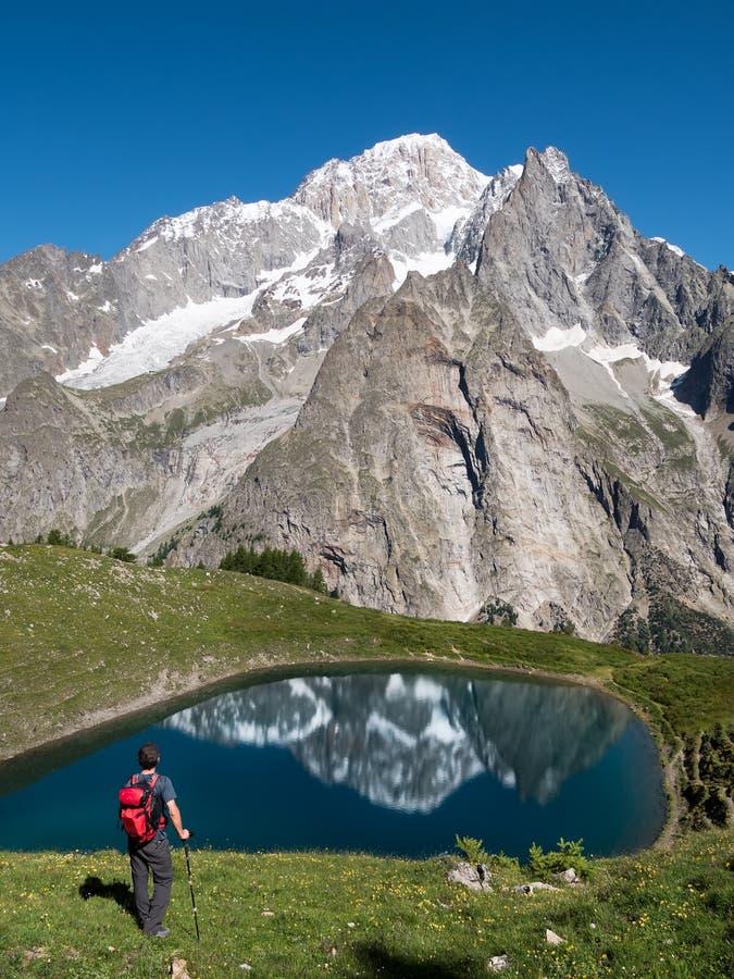 Un caminante toma un resto que mira a Mont Blanc, el pico más alto adentro fotos de archivo