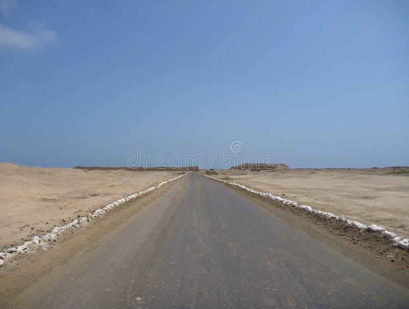 Un camino al monumento de chan chan fotografía de archivo libre de regalías