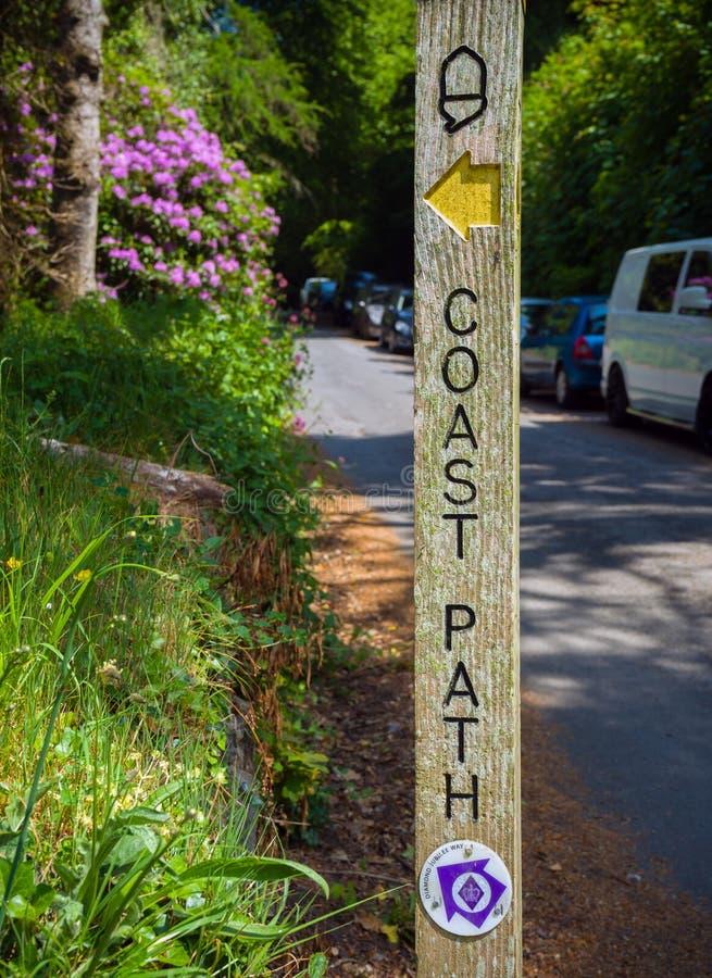 Un camino costero de madera indica sendero público y ciclovía, Dartmouth, Devon, Reino Unido, 23 de mayo de 2018 foto de archivo