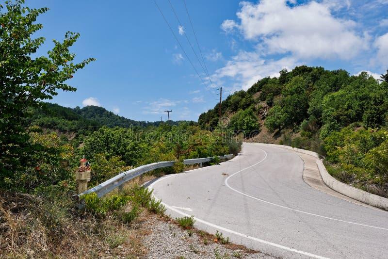 Un camino de enrrollamiento bien pavimentado de la montaña, Grecia imagen de archivo
