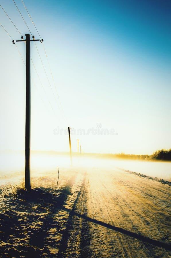 Un camino de la nieve en la luz de la mañana fotos de archivo libres de regalías