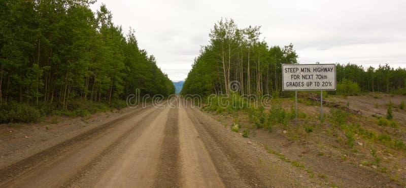Un camino desafiador que lleva a un destino remoto en Canadá septentrional imagenes de archivo