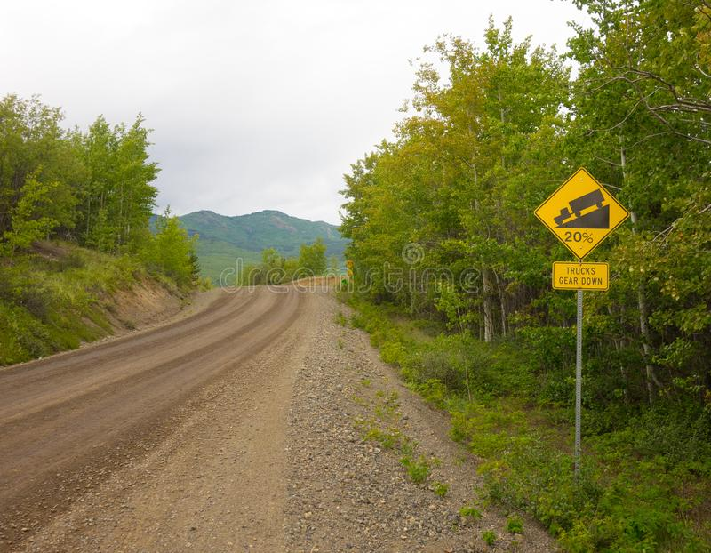 Un camino desafiador que lleva a un destino remoto en Canadá septentrional fotos de archivo libres de regalías