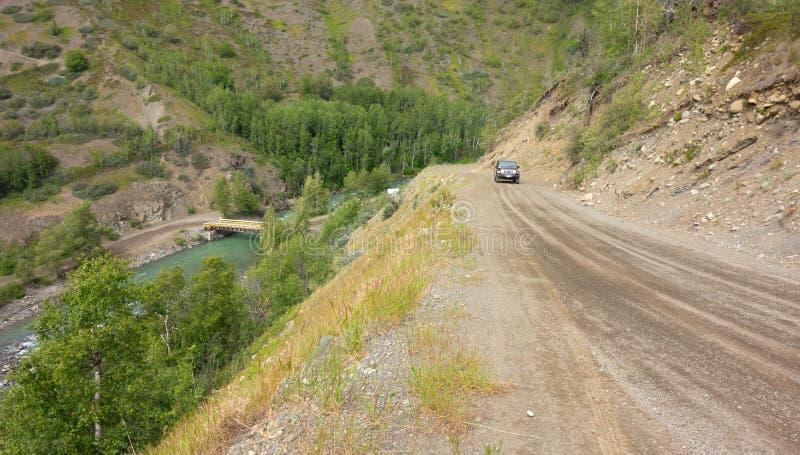 Un camino desafiador que lleva a un destino remoto en Canadá septentrional foto de archivo libre de regalías