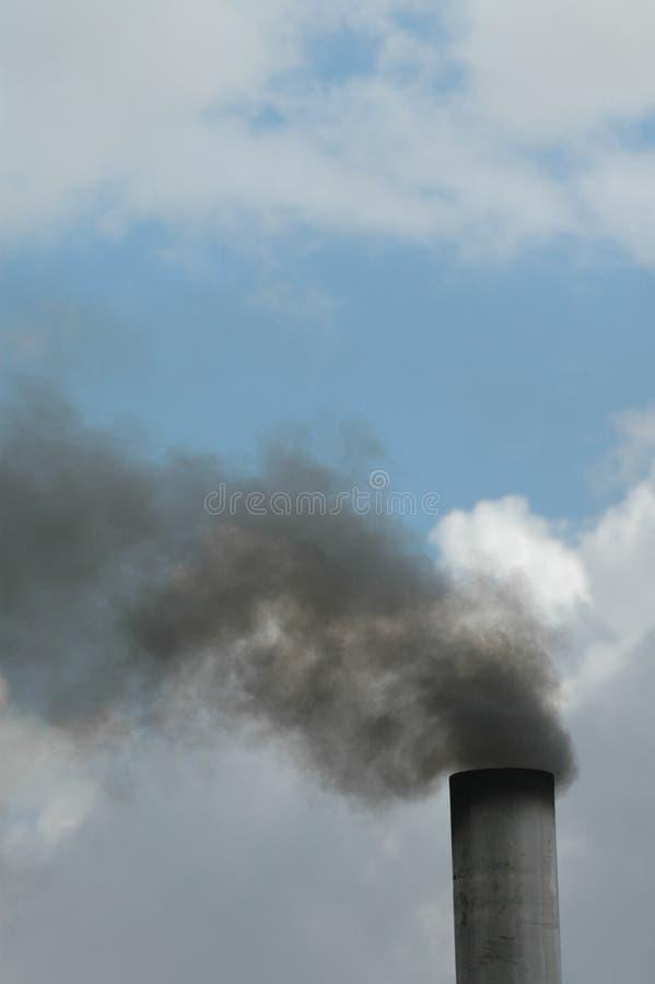 Un camino di fumo industriale immagini stock