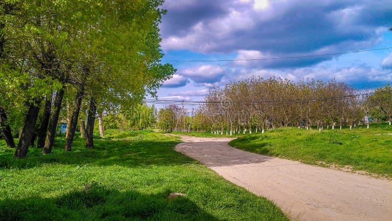 Un camino en un pequeño pueblo (R El Moldavia) fotografía de archivo