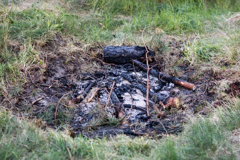 Un camino infornato dal lago Pezzi bruciati di legno e di cenere dentro fotografia stock libera da diritti