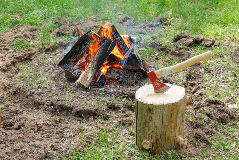 Un camino infornato dal lago Pezzi bruciati di legno e di cenere in un posto per i fuochi di fumo fotografia stock