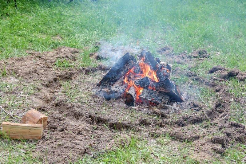 Un camino infornato dal lago Pezzi bruciati di legno e di cenere in un posto per i fuochi di fumo fotografia stock libera da diritti