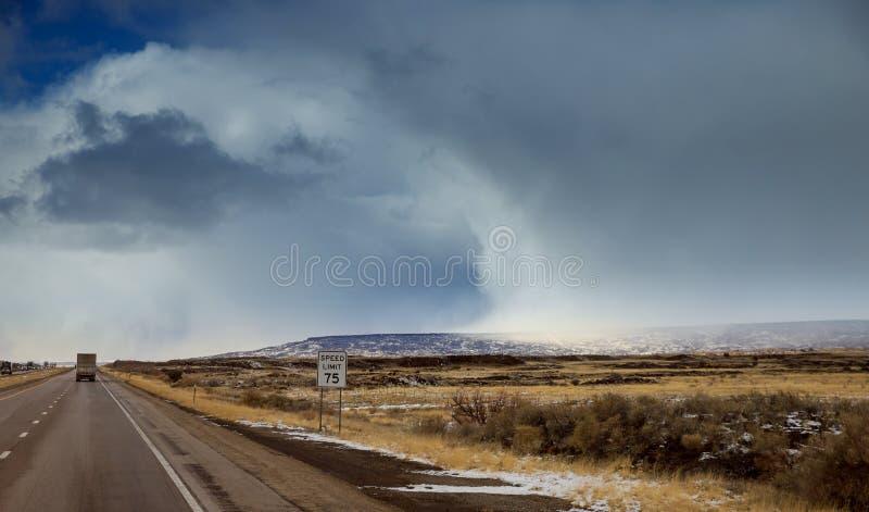 Un camino lateral apenas apagado de Route 66 viejo adentro después del nevadas El camino está claro y la nieve cubre el paisaje fotos de archivo