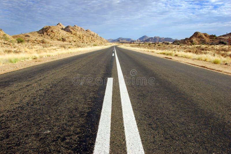 Un camino recto a continuación en Namibia en África. fotos de archivo libres de regalías