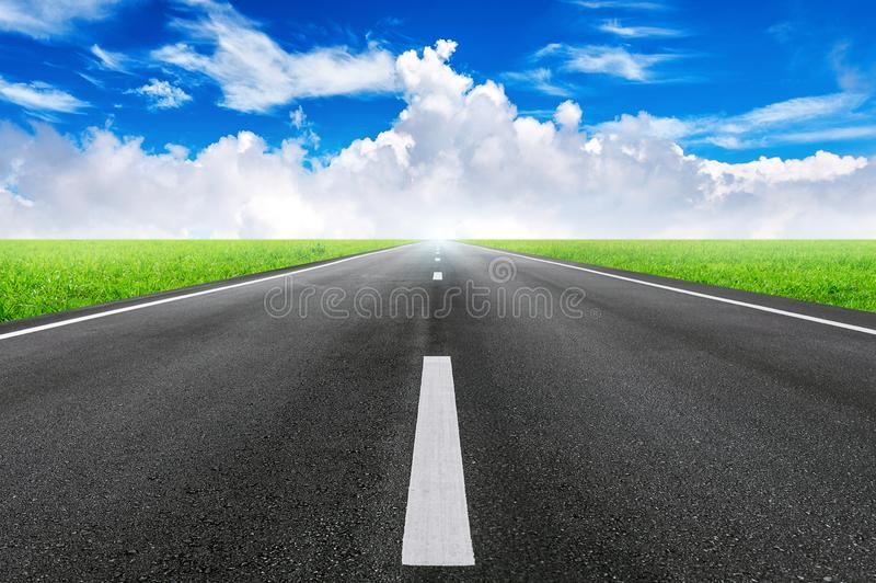 Un camino recto largo y un cielo azul imágenes de archivo libres de regalías