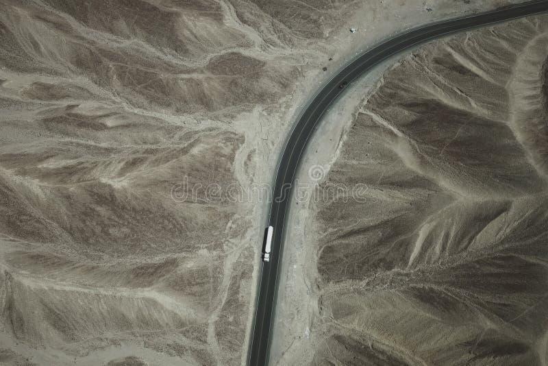 Un camion bianco funziona sulla strada principale panamericana attraverso il deserto di Nazca nel Perù immagini stock