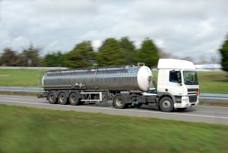 Un camion cisterna su una strada immagine stock libera da diritti