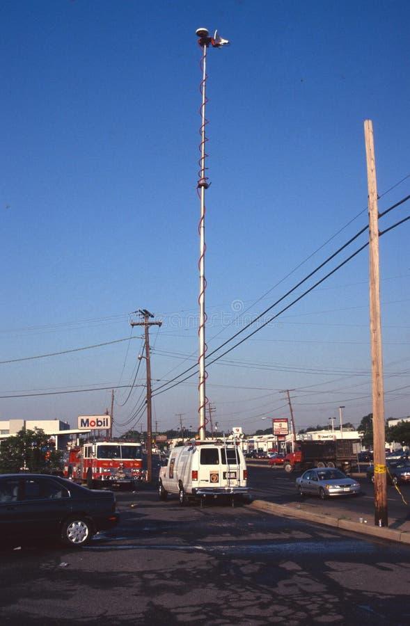 Un camion de TV à la scène d'un lendemain d'un feu à un centre commercial photos stock