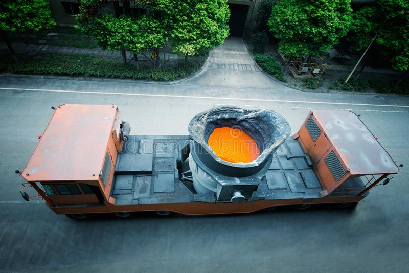 Un camion qui porte l'acier fondu image stock