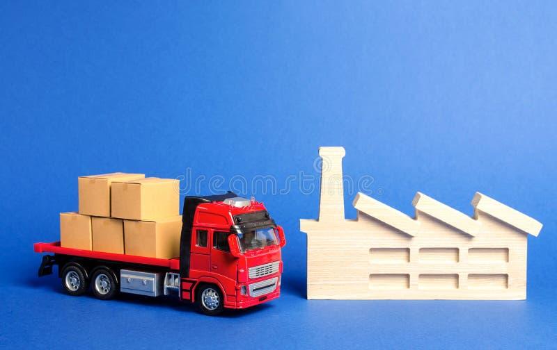 Un camion rosso caricato con i supporti delle scatole vicino alla fabbrica Trasporto dei prodotti delle merci, logistica di servi immagine stock libera da diritti