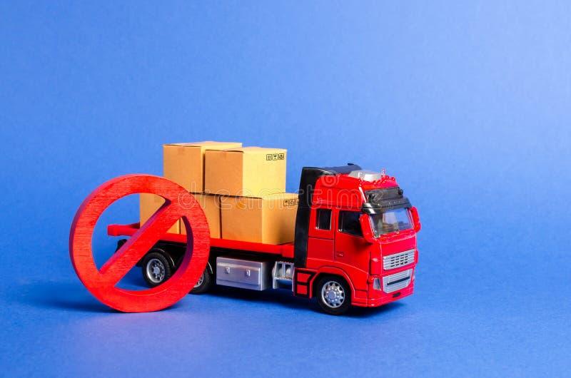 Un camion rosso caricato con le scatole e un simbolo rosso NO Guerre commerciali di embargo Restrizione sull'importazione, diviet fotografie stock
