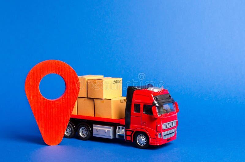 Un camion rosso caricato con le scatole e una posizione rossa del puntatore Trasporto di servizi delle merci, dei prodotti, della immagini stock
