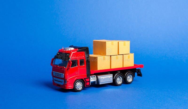 Un camion rosso caricato con le scatole Societ? di trasporto Trasporto di servizi delle merci e prodotti, logistica ed infrastrut fotografia stock libera da diritti