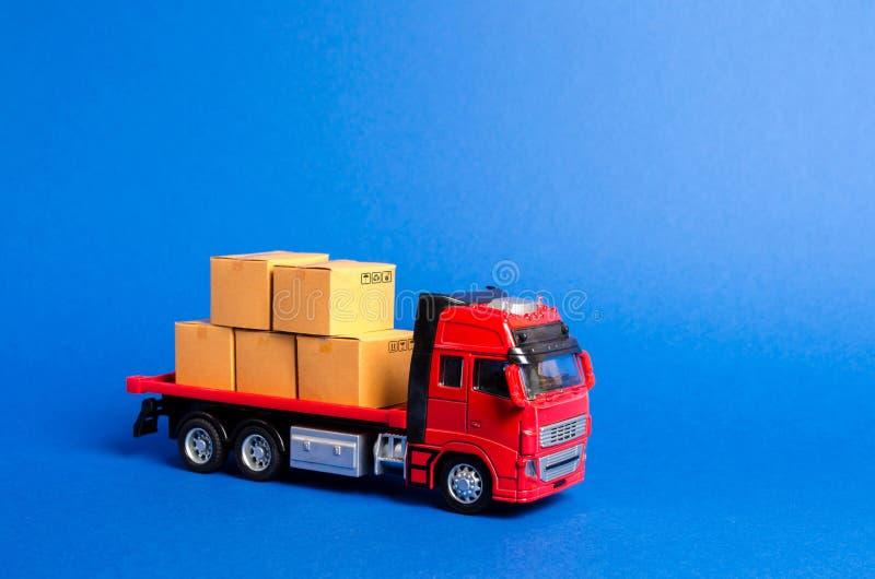 Un camion rosso caricato con le scatole Trasporto di servizi delle merci e prodotti, logistica ed infrastruttura Societ? di trasp fotografia stock libera da diritti
