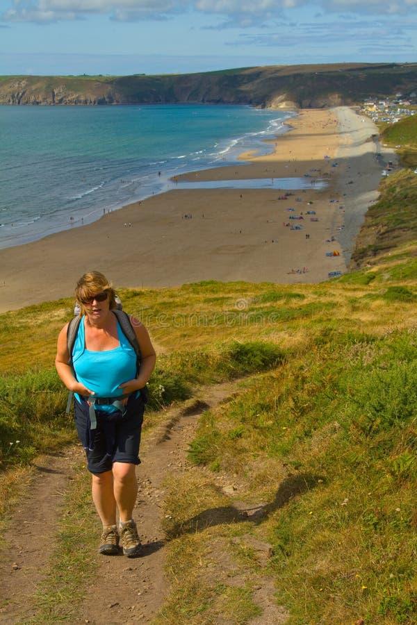 Un camminatore sulla traccia nazionale della costa di Pembrokeshire fotografia stock libera da diritti