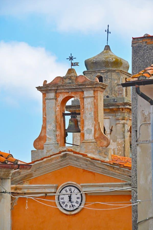 Un campanile storico con l'orologio fotografia stock libera da diritti