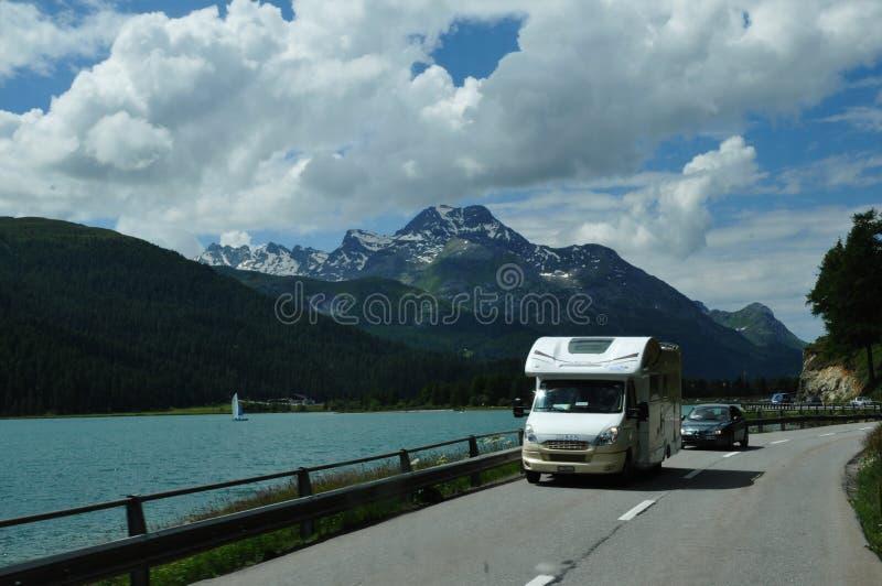 Un campeur conduit le long du lac Silvaplana de glacier photographie stock libre de droits