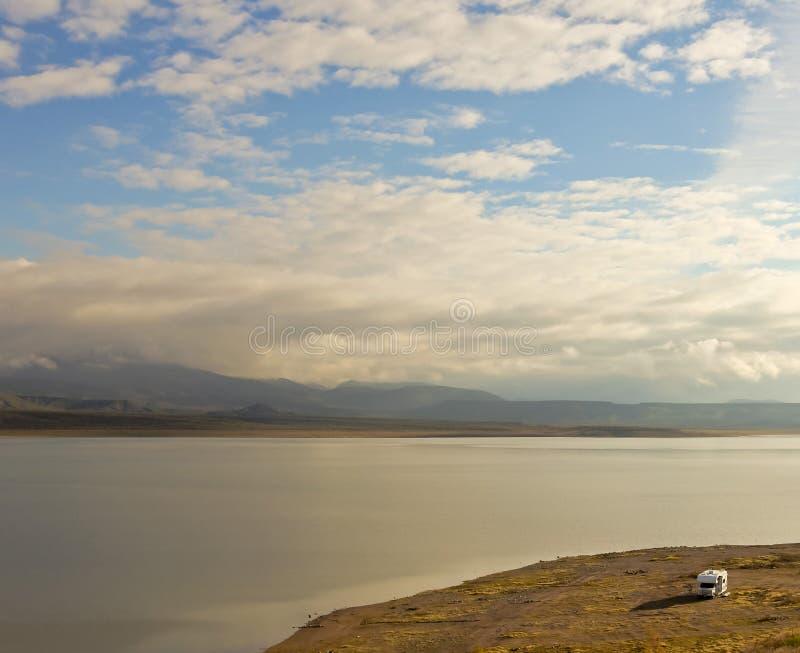 Un camping-car solitaire sur un bord du lac image libre de droits