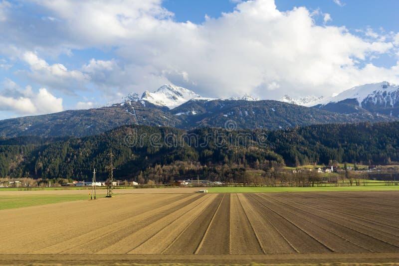 Un campo arato pronto per la semina del seme nelle colline pedemontana della Baviera fotografie stock