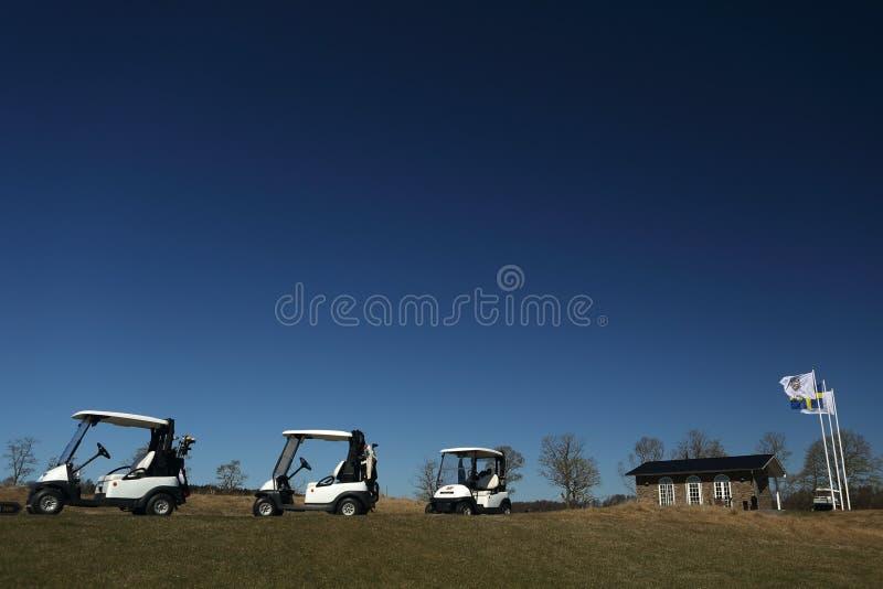 Un campo da golf con i golfcarts fotografia stock libera da diritti