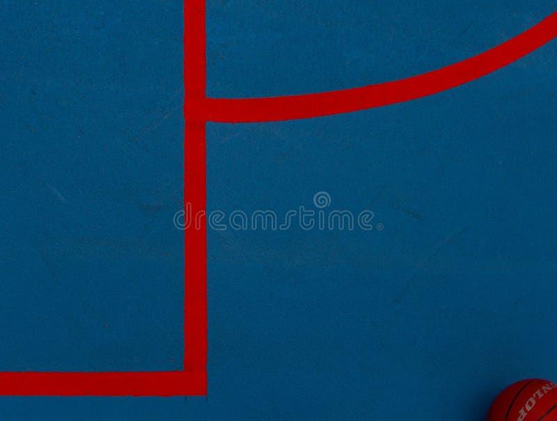 Un campo da pallacanestro blu con le linee rosse immagine stock
