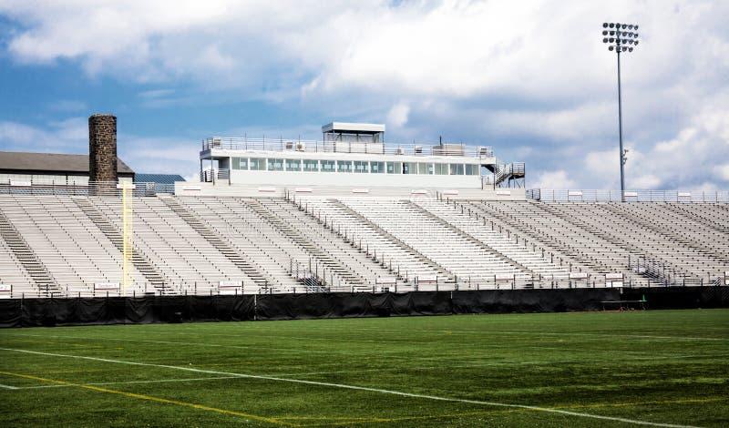 Un campo di uno stadio di football americano fotografia stock