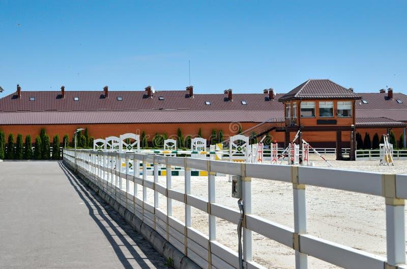 Un campo per concorrenza di guida contro il cielo blu fotografia stock