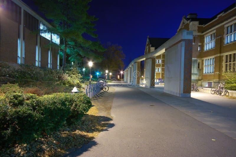 Un campus en la noche imágenes de archivo libres de regalías