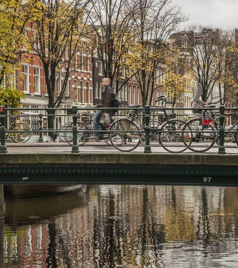 Un canal et les vélos, Amsterdam photos stock