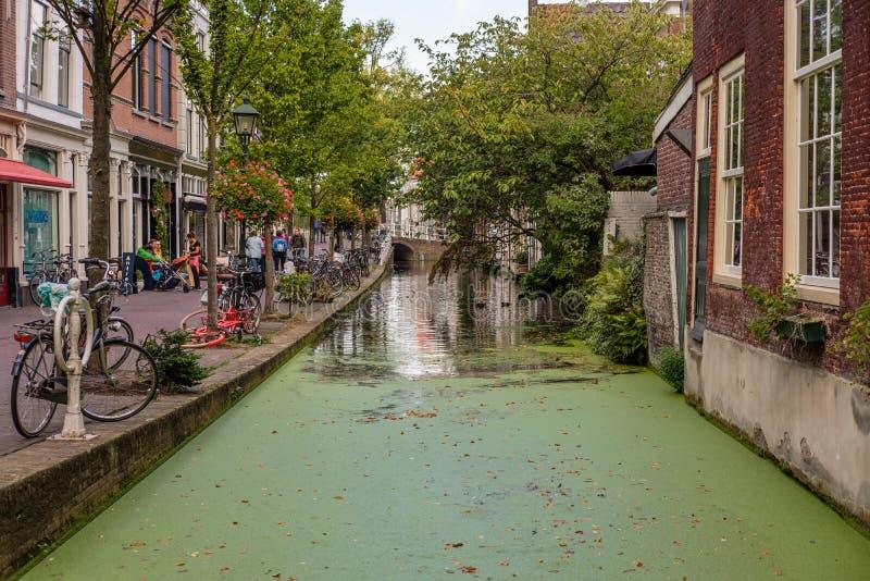 Un canal viejo histórico hermoso en el centro de la cerámica de Delft, Países Bajos fotografía de archivo libre de regalías
