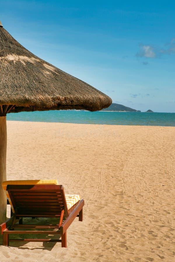 Un canapé isolé sur la plage abandonnée de l'île de Hainan photos libres de droits