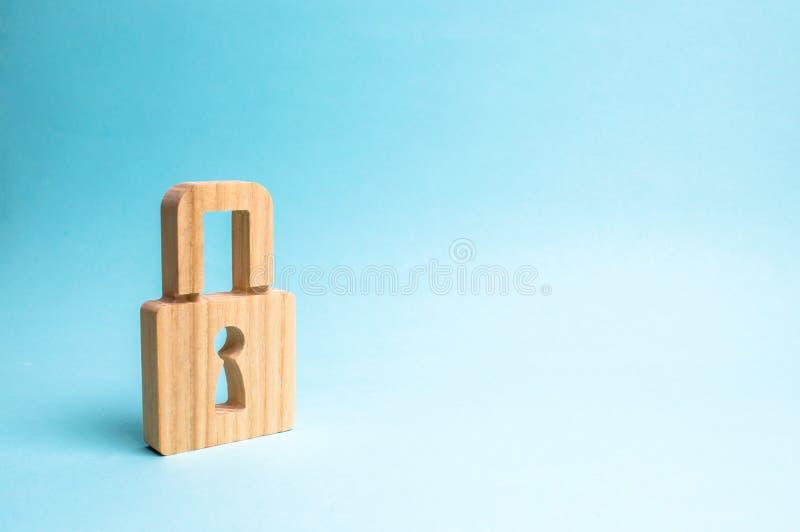 Un candado en un fondo azul información safty concepto de la preservación de secretos, de la información y de valores Protección fotografía de archivo libre de regalías