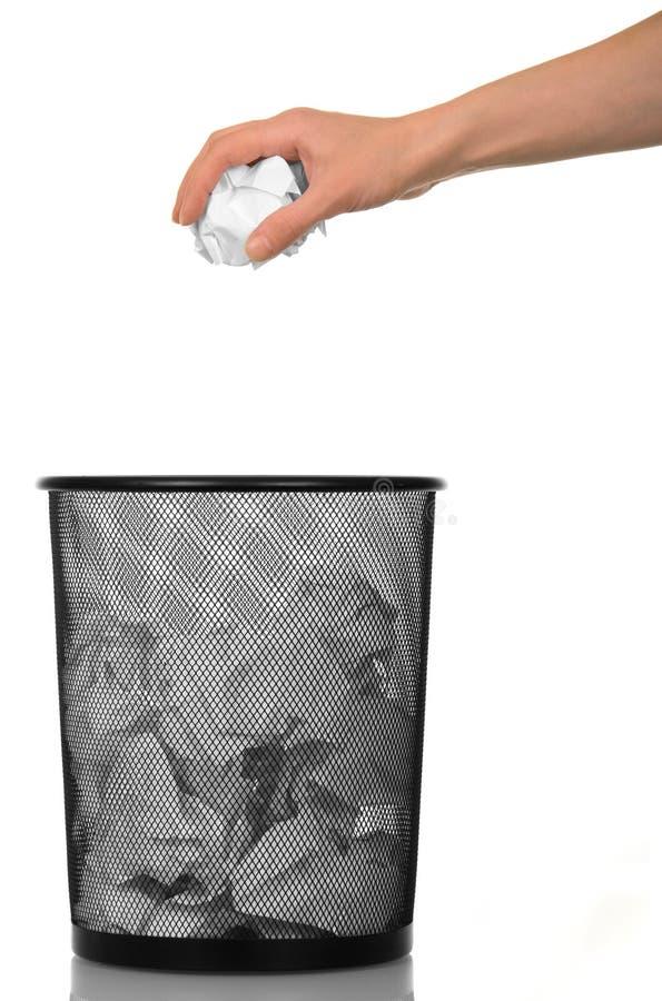 Un canestro di carta straccia e palla femminile della tenuta della mano dello sgualcito di immagini stock